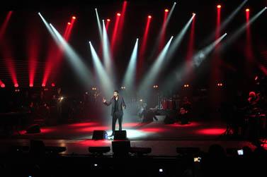 הזמר משה פרץ בהופעה בקיבוץ כפר-מנחם, 10.11.09 (צילום: צפריר אביוב)
