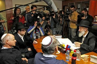 נועם שליט (משמאל) נפגש עם הרב הראשי. 25.11.09 (צילום: אביר סולטן)