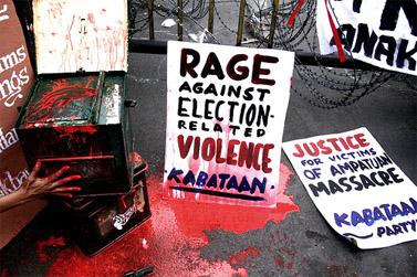 """""""זעם נגד אלימות פוליטית"""". מיצג בהפגנה של בני נוער במנילה, בעקבות הטבח. 26.11.09 (צילום: bikoy, cc-by-nc-nd)"""