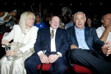 """מימין: בנימין נתניהו ושלדון אדלסון, בעליו של """"ישראל היום"""", בכנס תגלית בירושלים, 12.8.07 (צילום: פלאש 90)"""