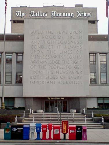 """""""מצבת האמת"""" הקבועה על בניין ה""""דאלאס מורנינג ניוז"""" (צילום: John C Abell, רשיון cc-by-nc-sa)"""