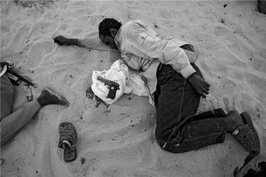 קבוצת אנשי SLA נחים לאחר יום קרב. מערב סודן, 16.6.04 (צילום: ברונו סטיבנס)