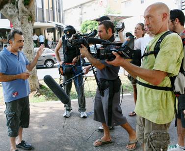 """מצלמים את השחקן משה איבגי לסרט של """"גרינפיס"""" נגד התחנה הפחמית באשקלון, אוגוסט 2008 (צילום: חן ליאופולד)"""