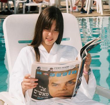 הדוגמנית בר רפאלי במהלך צילומי אופנה, ים המלח 8.2.03 (צילום: נתי שוחט)