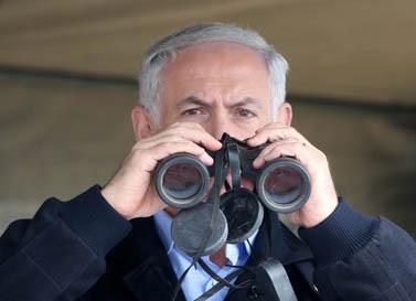 ראש ממשלת ישראל בנימין נתניהו בוחן את הגבול עם מצרים. 21.10.10 (צילום: פלאש 90)