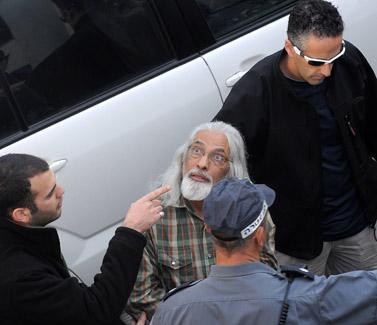 גואל רצון נעצר על-ידי המשטרה, 13.1.09 (צילום: יוסי זליגר)