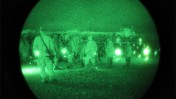 חיילי מרינס ממתינים לעלייה על מסוק שייקח אותם לחזית בחבל הלמונד, 13.2.09 (צילום: isafmedia, רישיון cc)