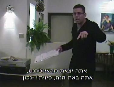 דב גילהר מתעמת עם אחד הגברים שהגיעו להיפגש עם התחקירנית המתחזה לילדה (צילום מסך מתוך ערוץ 10)