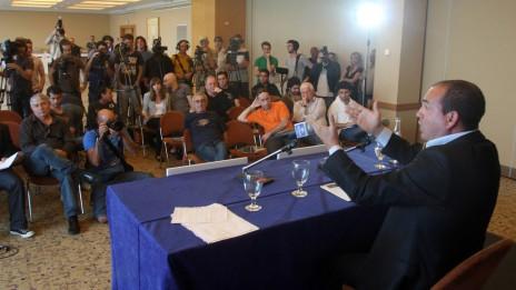 אייל ברקוביץ' במסיבת העיתונאים, היום (צילום: רוני שוצר. לחצו להגדלה)