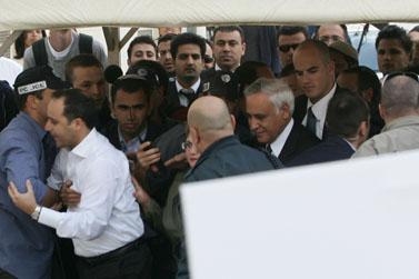 משה קצב נכנס לבית-המשפט השלום בירושלים, 8.4.08 (צילום: פלאש 90)