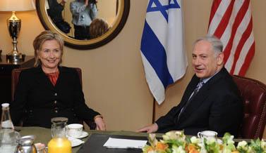 """ראש הממשלה נתניהו בביקורו בארצות-הברית, בפגישה עם מזכירת המדינה קלינטון. 22.3.10 (צילום: עמוס בן גרשום, לע""""מ)"""