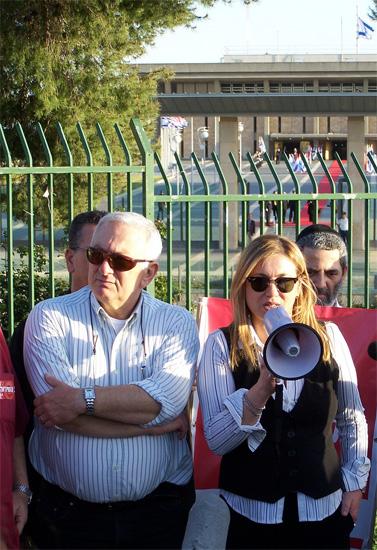"""העיתונאים אילה חסון ואריה גולן, היום בהפגנה למען רשות השידור (צילום: """"העין השביעית"""")"""
