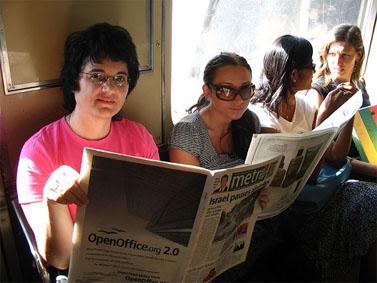 """נשים קוראות """"מטרו"""" ברכבת התחתית בניו-יורק (צילום: ericskiff, רישיון cc)"""