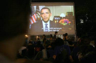 קהל הנוכחים בעצרת לזכר יצחק רבין בתל-אביב מקשיבים לדבריו המוקלטים של הנשיא אובמה. 7.11.09 (צילום: לירון אלמוג)