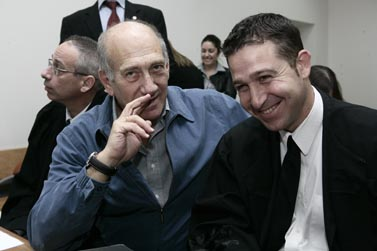 אהוד אולמרט (משמאל) עם אחד מפרקליטיו, היום בבית-המשפט המחוזי בירושלים (צילומים: אביר סולטן)