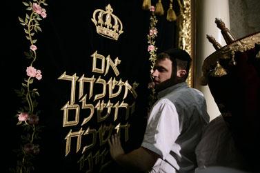 טקס הכנסת ספר תורה לבית-הכנסת החורבה ברובע היהודי בירושלים, אתמול (צילום: פלאש 90)