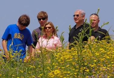 משפחת נתניהו מטיילת בחיק הטבע, בפסח שעבר (צילום: חמד אלמקת)