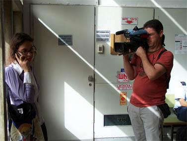 """ענת קם וצלם טלוויזיה, בבית-המשפט המחוזי בתל-אביב, בוקר פתיחת המשפט, 10.3.10 (צילום: """"העין השביעית"""")"""