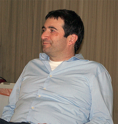 """עורך """"הארץ"""" דב אלפון, היום במליאת מועצת העיתונות (צילום: """"העין השביעית"""")"""
