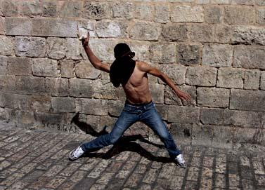 """צעיר ערבי משליך אבן לעבר שוטרי מג""""ב, העיר העתיקה בירושלים,27.9.09 (צילום: פלאש 90)"""