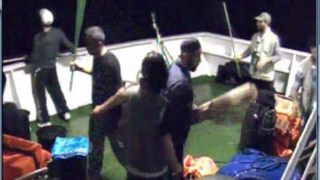 """תצלום של הפעילים על סיפון המרמרה ששיחרר דובר צה""""ל ביום שאחרי הפשיטה על המשט"""