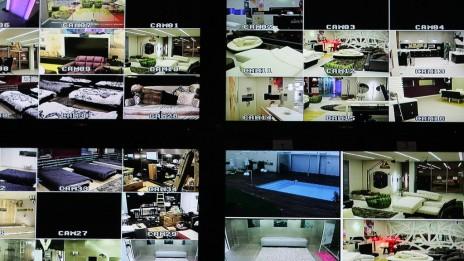 """מצלמות המעקב בחדר השליטה של הפקת התוכנית """"האח הגדול"""". נווה-אילן, 26.2.09 (צילום: קובי גדעון. לחצו להגדלה)"""