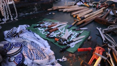 """נשק שנמצא על סיפון המאבי-מרמרה, 31.5.10 (צילום: איתמר מואטי, דובר צה""""ל. לחצו להגדלה)"""