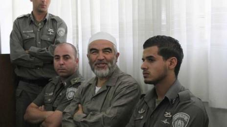 השיח' ראאד סלאח בבית-המשפט באשקלון, 3.6.10 (צילום: אדי ישראל. לחצו להגדלה)