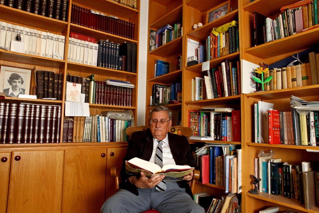 השופט בדימוס יעקב טירקל, אמש בביתו (צילום: פלאש 90, לחצו להגדלה)