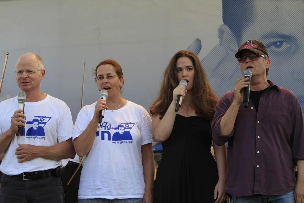 נועם ואביבה שליט, יחד עם הזמר שלמה ארצי (מימין), בקונצרט לכבוד גלעד שליט אתמול בפארק אשכול (צילום: צפריר אביוב)