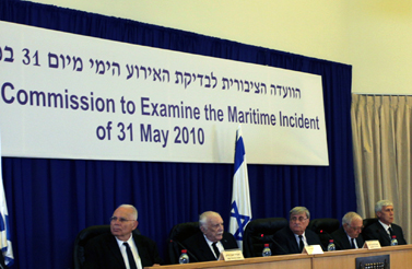 חברי ועדת טירקל מראיינים את ראש הממשלה בנימין נתניהו (בתמונה המוגדלת) (צילום: מארק ישראל סלם)