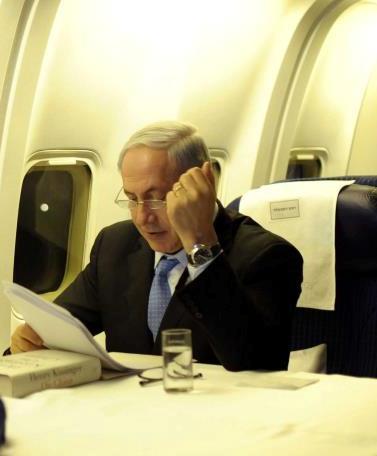 """ראש הממשלה בנימין נתניהו מתכונן לנאומו באו""""ם, במטוס בדרך לניו-יורק. 21.9.11 (צילום: אבי אוחיון, לע""""מ)"""