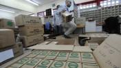 עובד חברת הדואר אוחז בערכת הגנה מפני התקפה כימית, במסגרת חלוקת ערכות באור-יהודה. 28.2.10 (צילום: גיל יערי)
