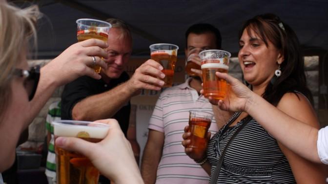 חגיגות בירה, אתמול בטייבה (צילום: עיסאם רימאווי)