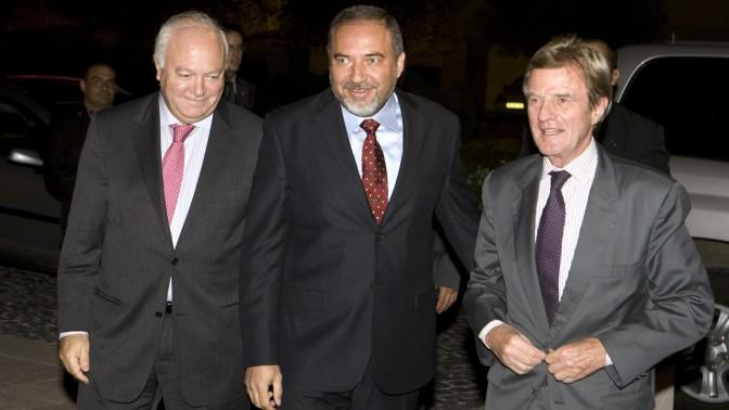 שר החוץ אביגדור ליברמן (במרכז) עם שר החוץ הספרדי מורטינוס (משמאל) ועמיתו הצרפתי קושנר, אתמול בירושלים (צילום: ליאור מזרחי)