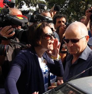 נועם שליט, אביו של גלעד שליט, מוקף בעיתונאים בעת שהוא עוזב את אוהל המחאה מול בית ראש הממשלה בירושלים. 12.10.11 (צילום: אורן נחשון)