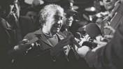 """ראש הממשלה גולדה מאיר משוחחת עם עיתונאים, 26.2.73 (צילום: פריץ כהן, לע""""מ)"""