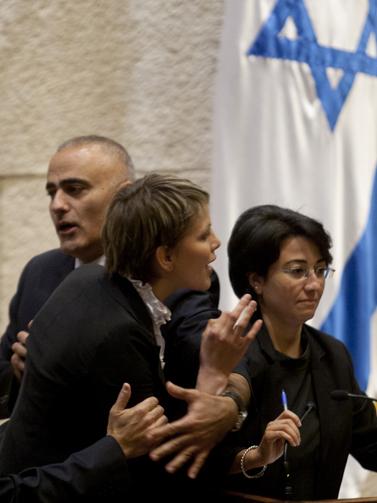 """ח""""כ אנסטסיה מיכאלי (משמאל) וח""""כ חנין זועבי, בכנסת. 2.6.10 (צילום: דוד ועקנין)"""