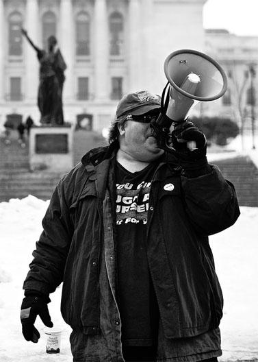 "מפגין במדיסון, ויסקונסין, ארה""ב. פברואר 2011 (צילום: רוב צ'נדניס, רישיון cc)"