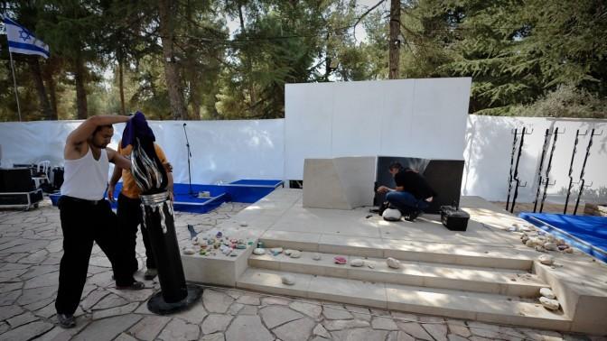 הכנות לקראת טקס יום הזיכרון ליצחק רבין, אתמול בהר הרצל (צילום: יואב ארי דודקביץ')