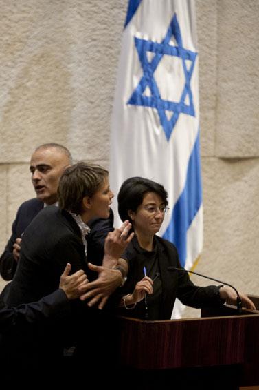 """ח""""כ אנסטסיה מיכאלי (משמאל) צועקת על ח""""כ חנין זועבי ומלווה החוצה מאולם המליאה. 2.6.10 (צילום: דוד ועקנין)"""