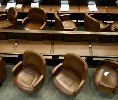 כסאות ריקים באולם המליאה (צילום: אוליביה פיטוסי)