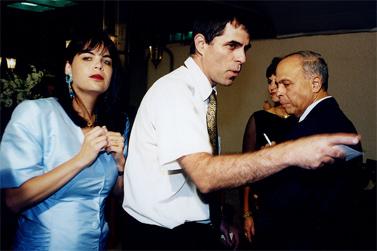 במרכז: ארנון (נוני) מוזס, מצדדיו: אשתו (לשעבר) מיכל ומשה ורדי (צילום: משה שי)