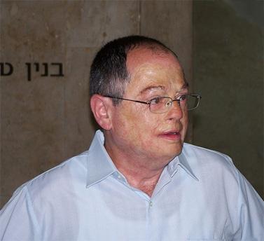 """עיתונאי ערוץ 2 אמנון אברמוביץ' בטקס קבלת פרס למצוינות ומקצוענות בעיתונות הישראלית ע""""ש העיתונאי שלום רוזנפלד. 7.6.10 (צילום: """"העין השביעית"""")"""