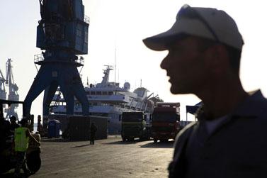 פועלי נמל סמוך למאבי-מרמרה בנמל אשדוד, 1.6.10 (צילום: צפריר אביוב)