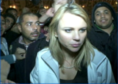 כתבת CBS לארה לוגאן, רגע לפני שהותקפה על-ידי המון במצרים (צילום מסך: CBS)