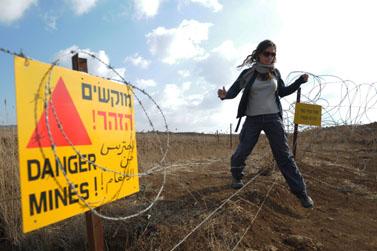 """שלט """"מוקשים הזהר!"""" ברמת-הגולן (צילום: חמד אלמקת)"""