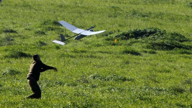 """חייל מטיס מל""""ט, ליד מחסום חווארה, אתמול (צילום: ליאור מזרחי)"""