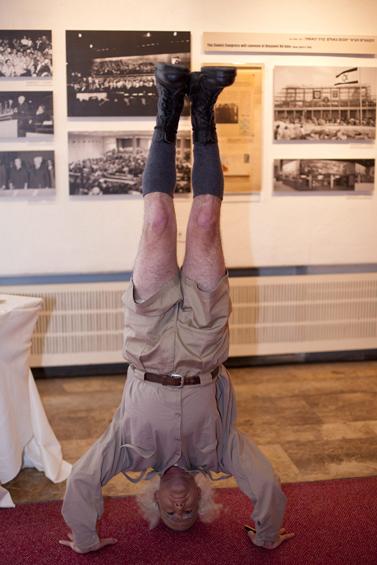 שחקן עומד על ראשו, אתמול, במהלך אירוע לציון 60 שנה לבנייני-האומה בירושלים (צילום: דוד ועקנין)