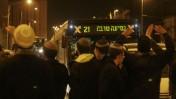 מפגינים חוסמים את הכניסה לירושלים, אתמול (צילום: אורן נחשון)
